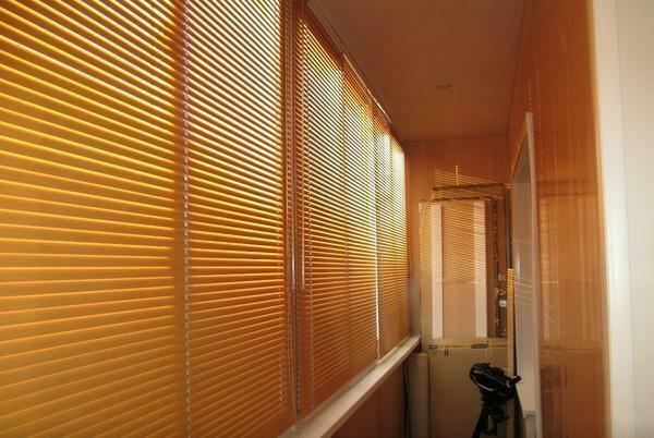 The color of the blinds must be combined with the interior decoration of the balcony