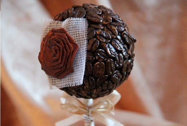 Topiary of coffee can be decorated with flowers, which are usually attached from one side