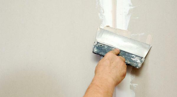 To level the putty on the wall, experts recommend a wide spatula