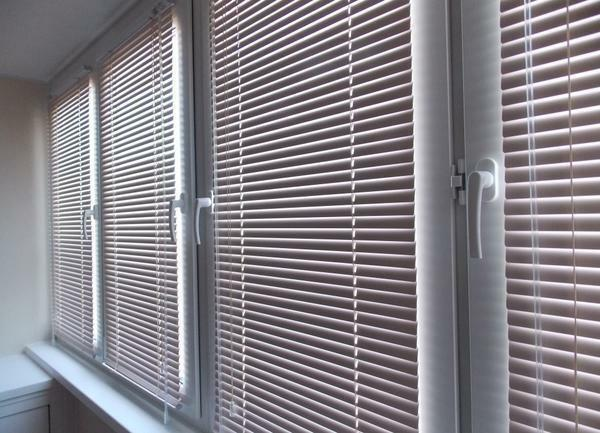 Modern and beautiful in the interior of the balcony will look like roller blinds