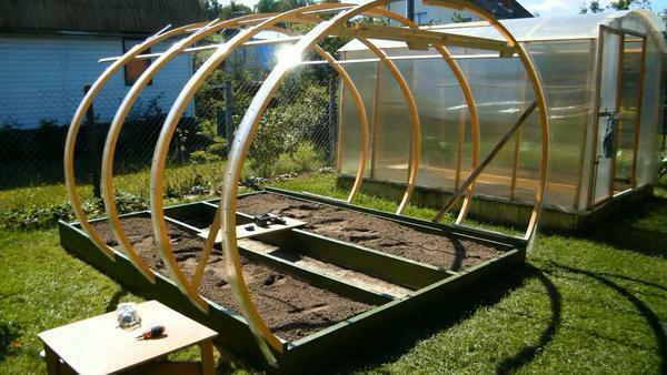Frame polycarbonate greenhouses must be started from the end faces