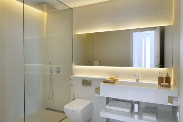 An example of using a large mirror in a small bathroom