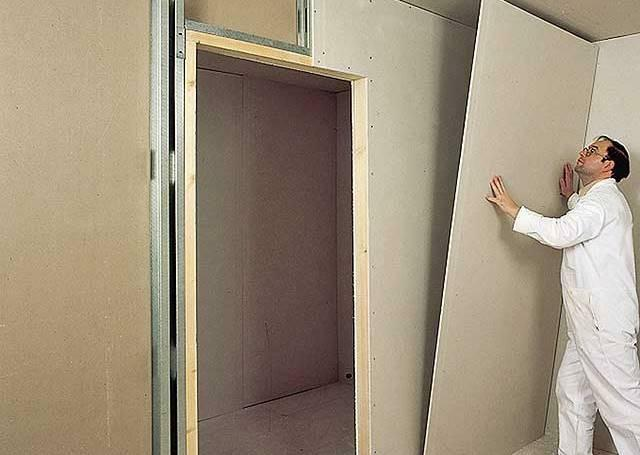 In order to divide the room into two parts using a partition made of plasterboard, it is necessary to install a single door leaf