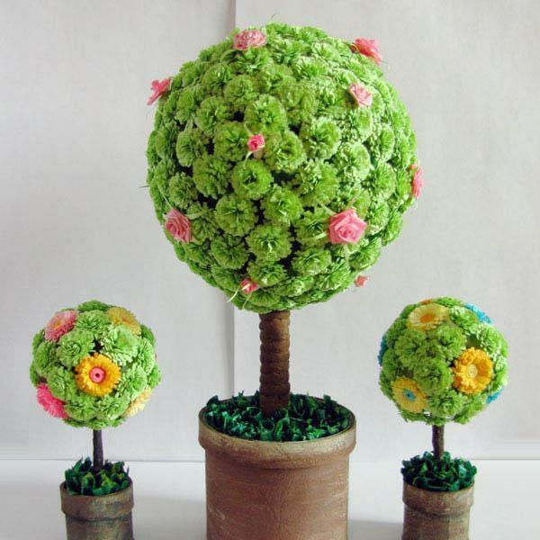 The decoration for the crown of the topiary can be natural materials or artificial decoration