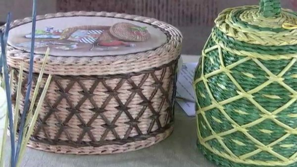 Wicker basket of newspaper tubes appearance do not differ from similar products made of rattan