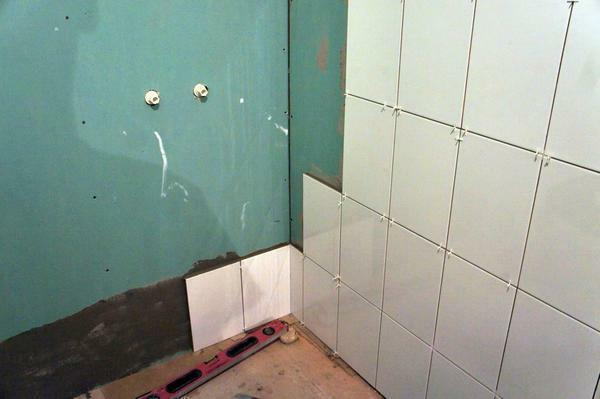 Experienced experts for the bathroom recommend choosing only moisture-resistant plasterboard sheets under the tile