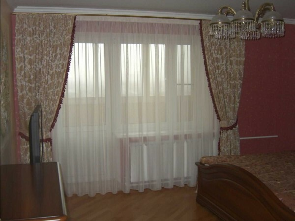 Universal solution: tulle curtains and two on the sides