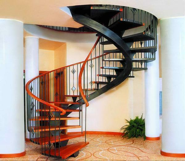 Interesting and unusual in the interior of the living room will look like a screw metal staircase
