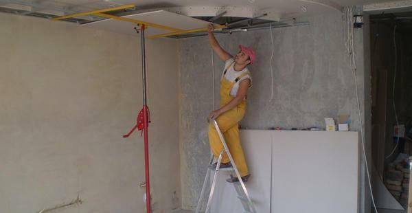 To screw drywall to the ceiling one is possible with the help of a support, which should correspond to the height of the room