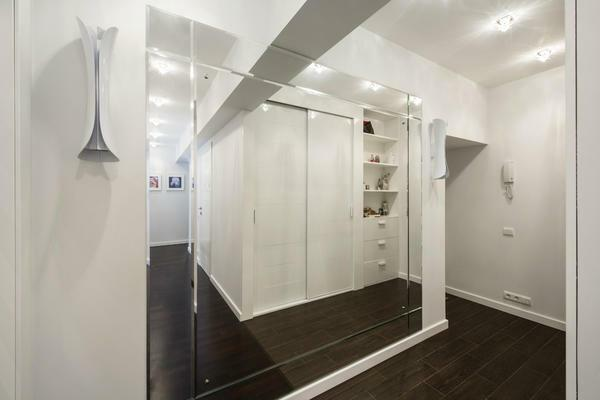 The mirror wall in the hallway can reflect the ceiling, thereby making it higher