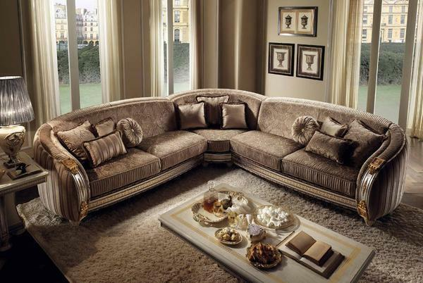 Perfectly in the interior of the guest room in the classical style will look a classic corner sofa