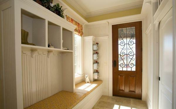 Select wardrobe for the hallway, taking into account the size and features of the room