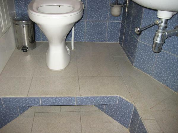 Before lifting the toilet above the floor, it is necessary to determine the mounting location
