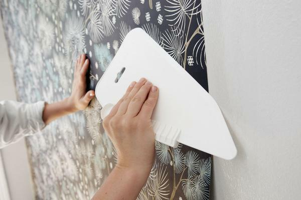 When there is no wallpaper glue on hand, people go to various tricks and use popular methods and means