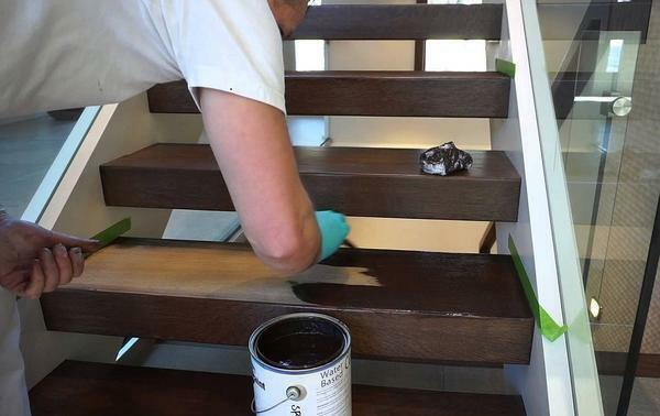 Before painting the steps of the staircase, it is recommended to varnish them