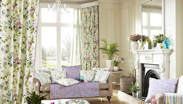 Curtains in a flower can make any interior a little sentimental