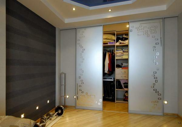 Install sliding doors in the dressing room is easy, the main thing is to get acquainted with the technique of work and purchase all the necessary materials
