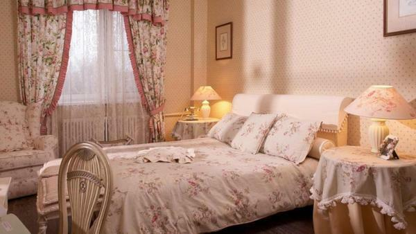 A variety of models of curtains will emphasize the style of the room