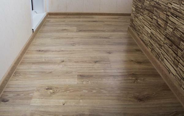 For finishing the floor on the loggia you can use a laminate, which will not only be of high quality, but also beautiful