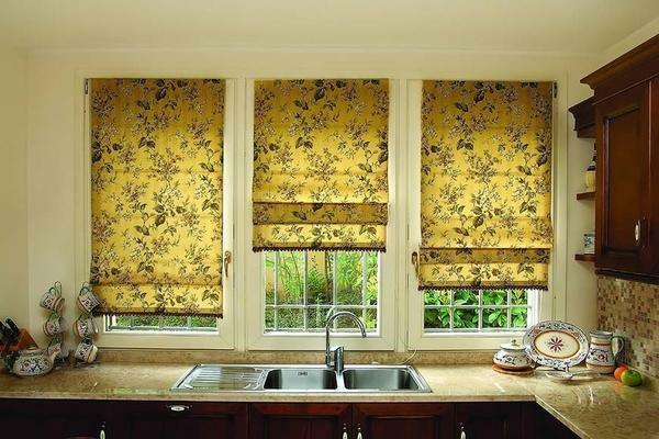 Roman blinds can differ in the material of manufacture