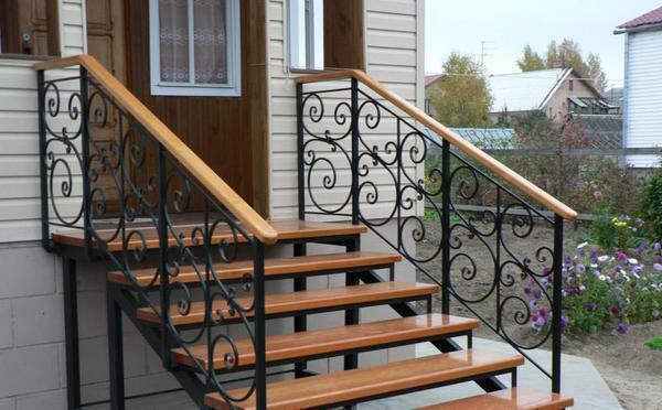 Metal in the outer staircase looks great in combination with other materials
