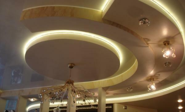 Plasticity of gypsum board makes it possible to give the ceiling the necessary geometric shape
