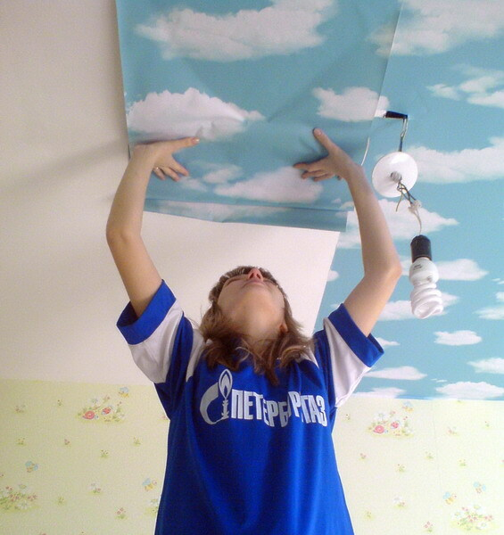 how to glue the ceiling wallpaper