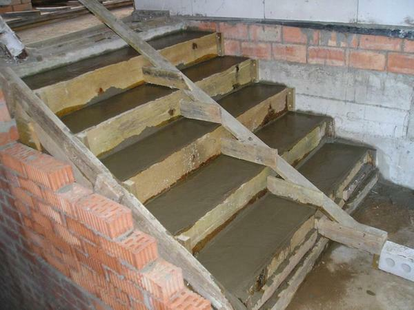 The construction of a concrete ladder, as a rule, begins with the installation of formwork