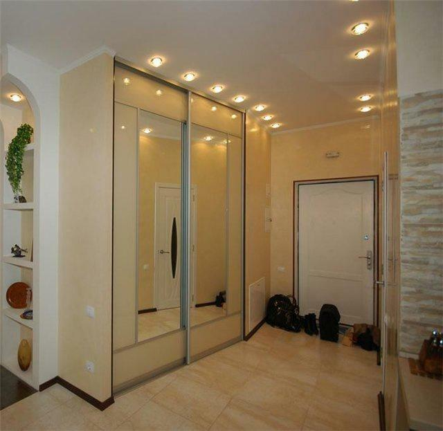 In modern apartments built-in wardrobes in the hallway every day gaining more popularity