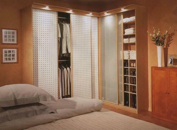 Due to its design, corner cupboards are an excellent way to optimize the bedroom space