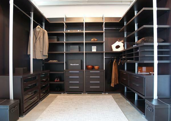 It is not necessary to buy too much furniture for the wardrobe: you need to leave room for comfortable movement around the room