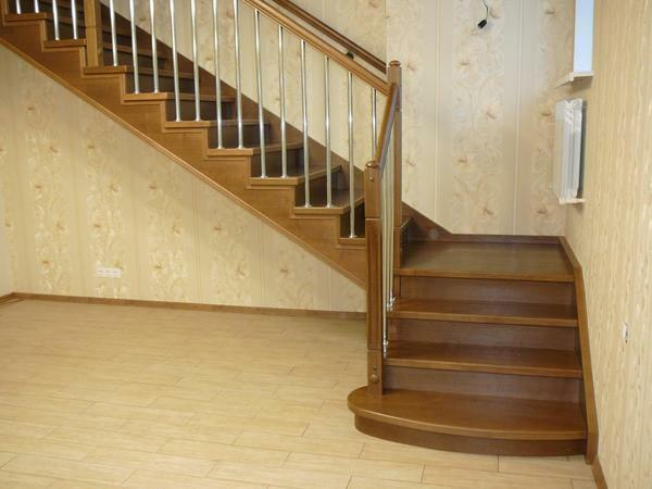 The wooden staircase on the strings is characterized by a long service life and ease of assembly