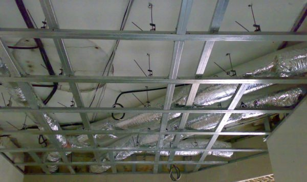 Suspended ceiling hides the air ducts of the heating system, combined with ventilation.