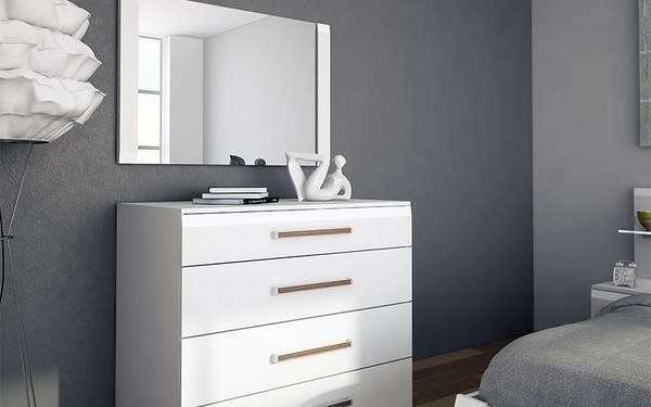 Chest of drawers with a mirror in the bedroom: a photo of a dressing table, a pedestal and a console, a dressing table, a white set