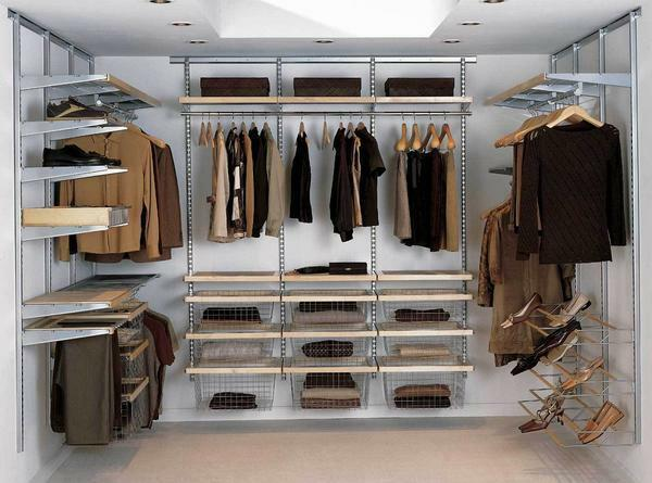 Calculating the minimum size of the wardrobe, it is necessary to start from the number of people living in the house and, accordingly, the number of their things