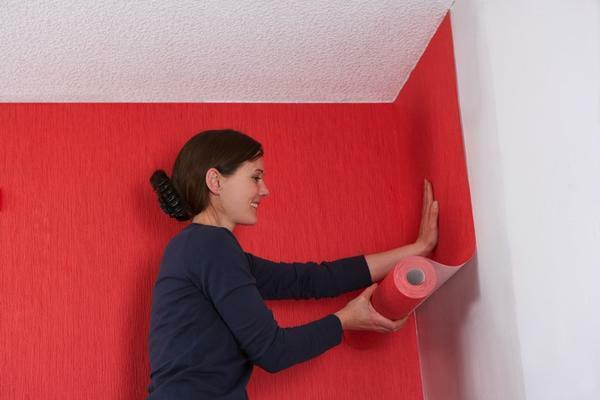 Wallpaper in the corners is recommended to glue with an overlap on the previous strip for 2-3 centimeters