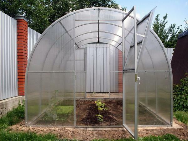 When choosing a greenhouse, it is worth paying attention to the thickness of polycarbonate