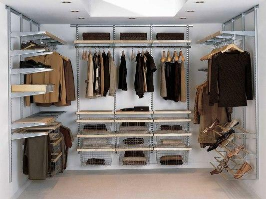 The dressing room is quite practical, since it can hide almost all clothes and shoes