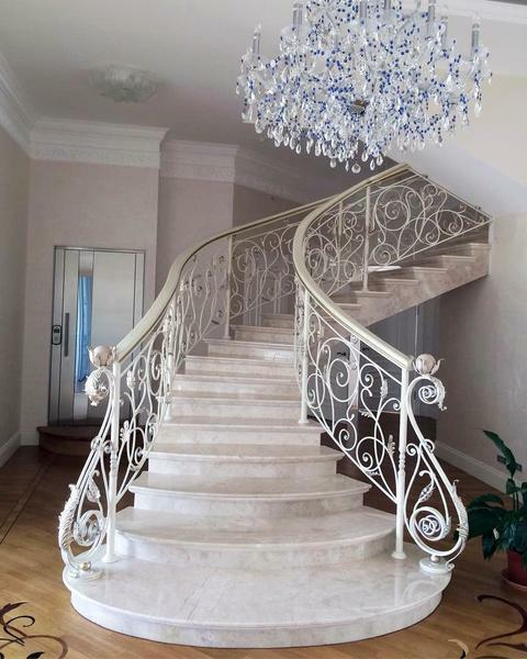 An experienced designer will help you choose the style and style of the staircase, based on the general direction of the interior of your house