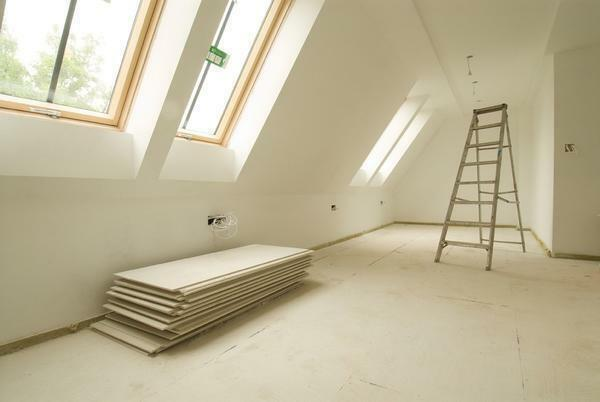 To finish the attic with gypsum cardboard it is recommended to attract two or more people