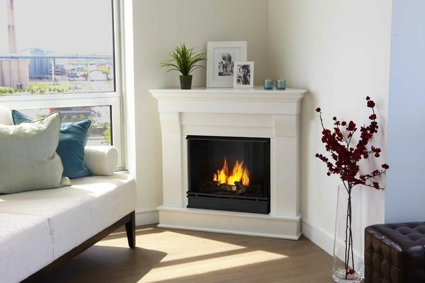 The corner electric fireplace perfectly fits into a small living room thanks to its compact dimensions