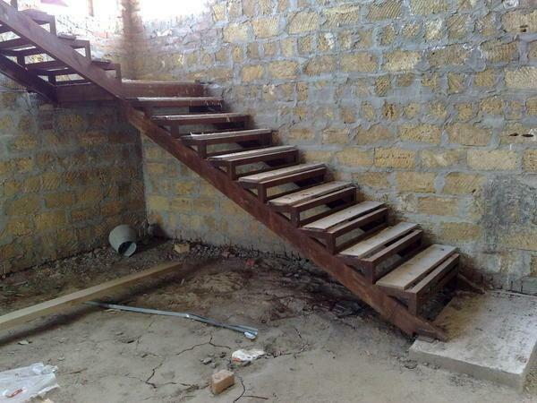 Make the staircase more stable and reliable with a concrete foundation