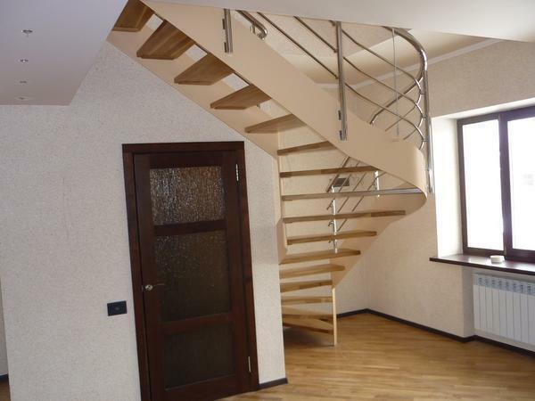 Stairs with bent strings have excellent aesthetic qualities, which significantly improves the appearance of the interior