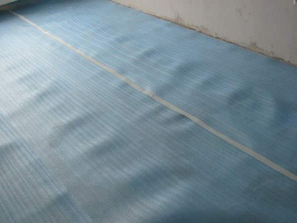The substrate of polyethylene is not breathable and moisture, so it can be installed only on the dry surface