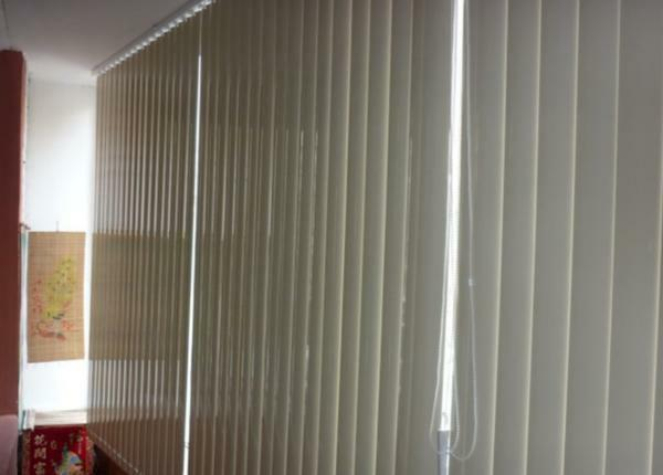 In order to quickly and simply darken the balcony, it is better to use vertical blinds
