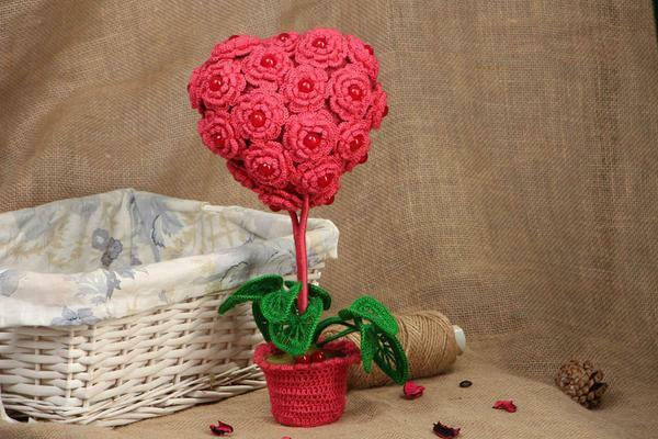An excellent gift for your girlfriend will be a red topiary in the shape of a heart