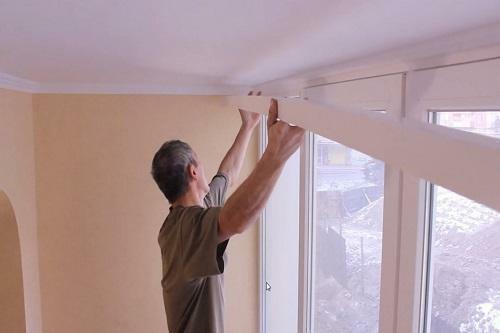 The installation of the ceiling cornice is not particularly difficult and can be done by any homeowner