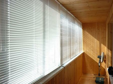 Using the blinds, you can significantly improve the functionality of the balcony