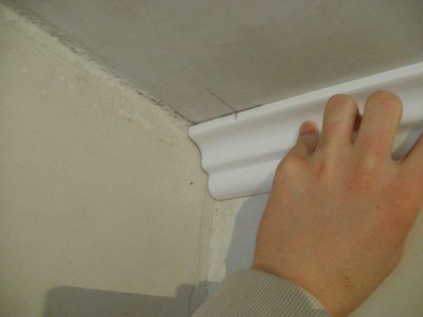 How to glue the plinth to the ceiling: glue and cut as correctly, installation and gluing, video how to cut