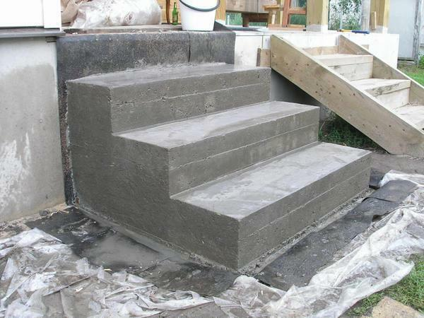 In order to make steps for a concrete ladder, it is necessary to prepare in advance sand, cement and iron rod